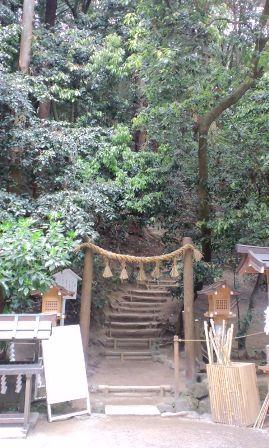 大神神社の中、三輪山の登山口