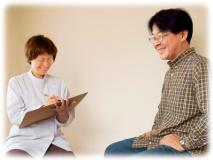 大阪の整体院で頭痛や肩こりや腰痛などの症状を聞いているところ