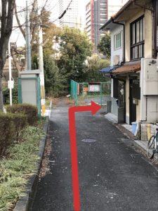 突き当りのフェンスの手前を右に曲がります。